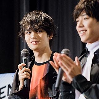 舞台挨拶ではなぜか、メンバーが栗原吾郎との仲の良さを競い合う展開に。