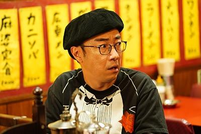 角田晃広演じる秋尾秋好。