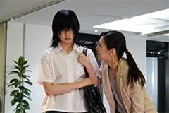 「響 -HIBIKI-」より、平手友梨奈演じる鮎喰響(左)、北川景子演じる花井ふみ(右)。