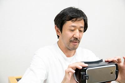 VRコンテンツを体験する濱津隆之。