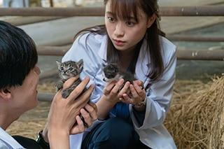 大原櫻子演じる佐備川よしみ(奥)。