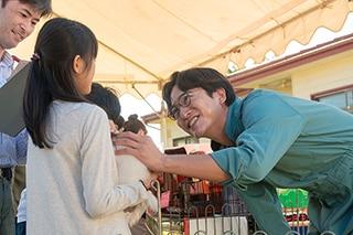 浅香航大演じる秋田智彦(右端)。