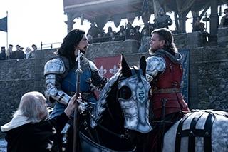 左からアダム・ドライバー演じるル・グリ、マット・デイモン演じるカルージュ。