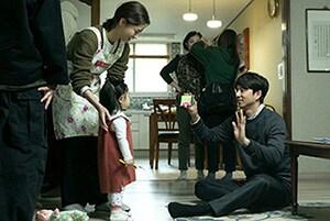 「82年生まれ、キム・ジヨン」撮影現場にて、チョン・ユミ(左)とコン・ユ(右)。