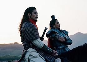 「キングダム」より大沢たかお演じる王騎(奥)、要潤演じる騰(手前)。