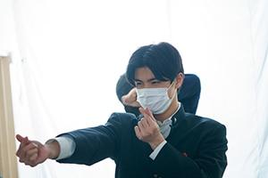 撮影現場にて、石川雷蔵。