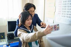 記念撮影する吉田凜音(左)と田村健太郎(右)。