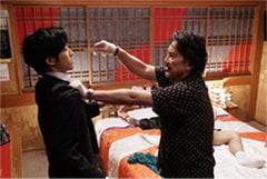 「孤狼の血」より。左から松坂桃李演じる日岡、役所広司演じる大上。