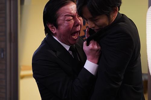左から古田新太演じる添田充、松坂桃李演じる青柳直人。
