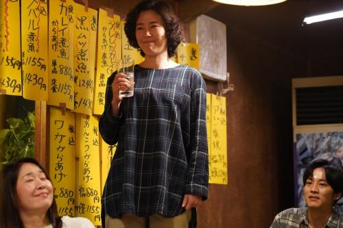 寺島しのぶ演じる草加部麻子(中央)。