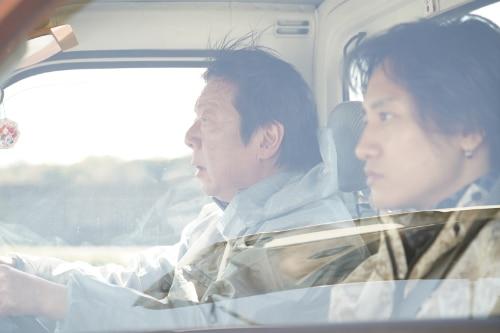 左から古田新太演じる添田充、藤原季節演じる野木龍馬。