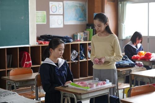 左から伊東蒼演じる添田花音、趣里演じる今井若菜。