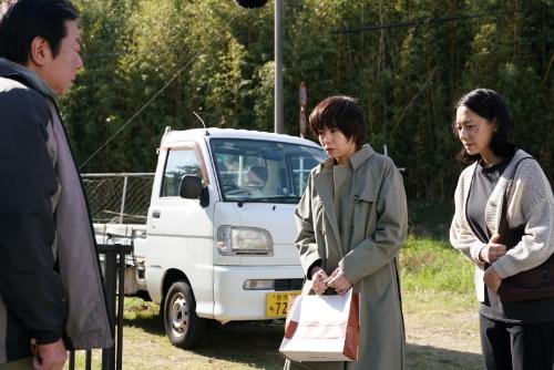左から古田新太演じる添田充、野村麻純演じる中山楓、片岡礼子演じる中山緑。