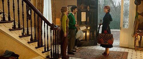 「メリー・ポピンズ リターンズ」より、バンクス家にメリー・ポピンズが舞い戻ってきたシーン。