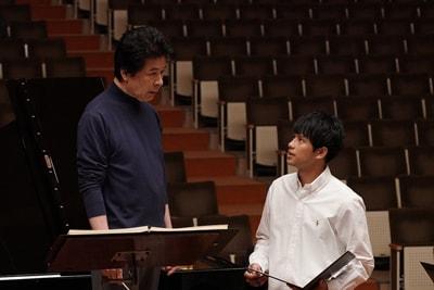 「蜜蜂と遠雷」より、鹿賀丈史演じる小野寺昌幸(左)と森崎ウィン扮するマサル・カルロス・レヴィ・アナトール(右)。