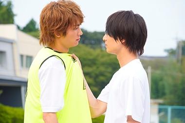 「胸が鳴るのは君のせい」より、板垣瑞生演じる長谷部泰広(左)と浮所飛貴演じる有馬隼人(右)。