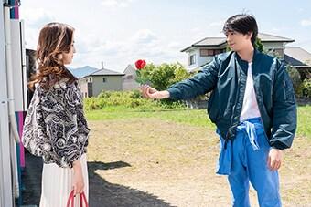 「名も無き世界のエンドロール」。左から中村アン演じるリサ、新田真剣佑演じるマコト。