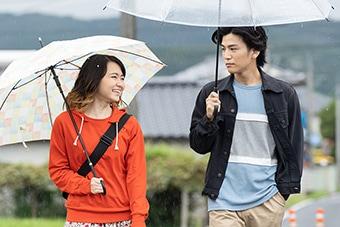 「名も無き世界のエンドロール」。左から山田杏奈演じるヨッチ、岩田剛典演じるキダ。