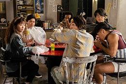 円卓を囲むサファイア映像の面々。エプロンを着たラグビー後藤(右端)が自炊当番を務めている。
