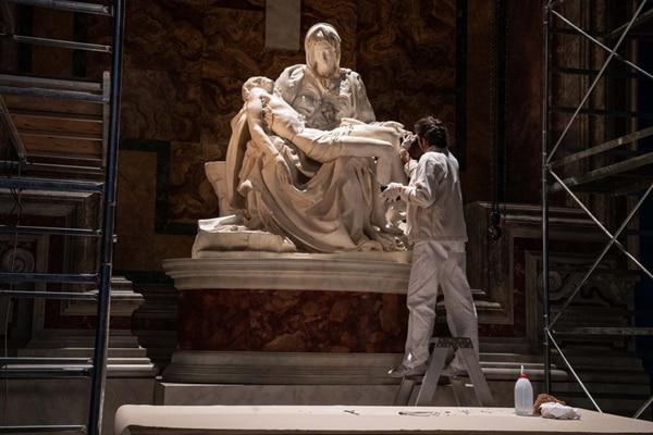 「ニュー・ポープ 悩める新教皇」で再現されたミケランジェロの「ピエタ」。