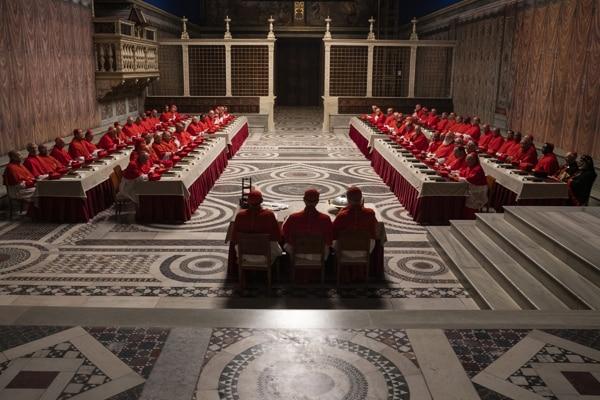「ニュー・ポープ 悩める新教皇」で再現されたシスティーナ礼拝堂の美術セット。