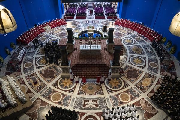「ニュー・ポープ 悩める新教皇」で再現されたサン・ピエトロ大聖堂の美術セット。