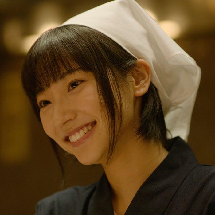武田玲奈演じる千家しのぶ。