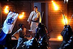 本能寺にいたサブロー(小栗旬)は奇襲に遭う。