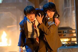 「劇場版おっさんずラブ ~LOVE or DEAD~」より、炎の中を歩く春田と牧凌太(林遣都)。