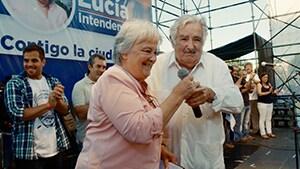 「世界でいちばん貧しい大統領 愛と闘争の男、ホセ・ムヒカ」より、妻のルシア・トポランスキー(左)とホセ・ムヒカ(右)。