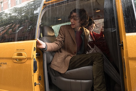 雨の中、タクシーに乗るギャツビー(写真手前 / ティモシー・シャラメ)。ここで再びチャン(写真奥 / セレーナ・ゴメス)と再会することとなる。