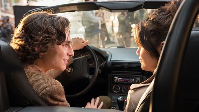 映画撮影でキスシーンを演じることになったギャツビー(写真左 / ティモシー・シャラメ)とチャン(写真右 / セレーナ・ゴメス)。