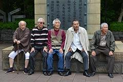 龍三親分と子分たち。左からステッキのイチゾウ(樋浦勉)、若頭のマサ、五寸釘のヒデ(伊藤幸純)、龍三親分、カミソリのタカ(吉澤健)。