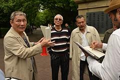撮影中に指示を出す北野武(左)。
