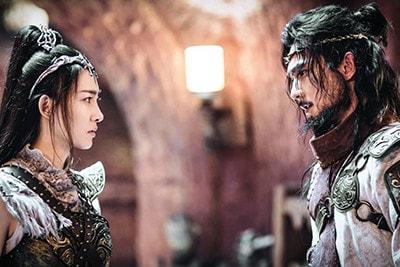 「神龍<シェンロン>-Martial Universe-」より、ヤン・ヤン演じる林動(右)。