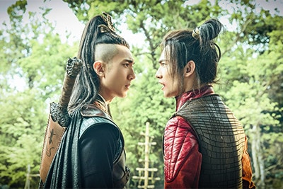 「神龍<シェンロン>-Martial Universe-」より、ウーズン演じる林琅天(左)とヤン・ヤン演じる林動(右)。