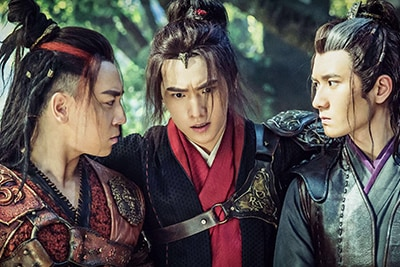 「神龍<シェンロン>-Martial Universe-」より、左からシー・シャオロン演じる小炎、ヤン・ヤン演じる林動、スオ・シャオクン演じる小貂。