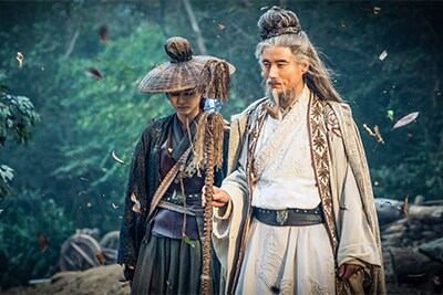 「神龍<シェンロン>-Martial Universe-」より、左からナン・ジー演じる萱素、ヤン・ハオユー演じる岩大師。