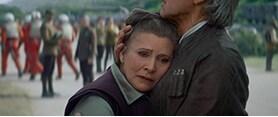 「スター・ウォーズ/フォースの覚醒」より、ハン・ソロに抱き寄せられるレイア・オーガナ(キャリー・フィッシャー)。