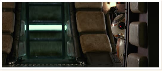 「スター・ウォーズ/フォースの覚醒」より、つぶらな瞳のようなレンズで物陰から様子をうかがうBB-8。