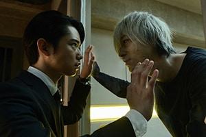 「スマホを落としただけなのに 囚われの殺人鬼」より、千葉雄大演じる加賀谷学(左)と成田凌扮する浦野善治(右)。