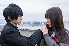 「トモダチゲーム 劇場版」より。左から吉沢亮演じる片切友一、内田理央演じる沢良宜志法。