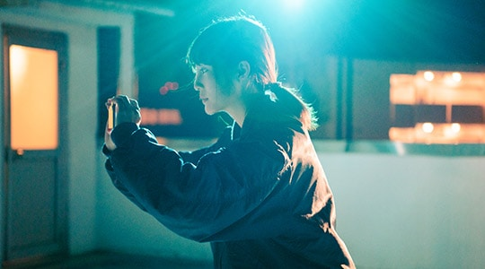 Xperia 5で撮影をする松本花奈。