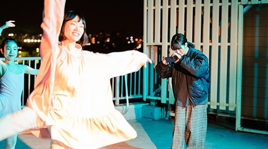 Xperia 5で撮影をする松本花奈(右端)。