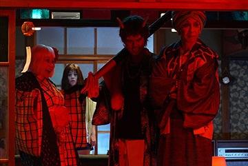 池谷のぶえ演じる座敷童子(手前左)、毎熊克哉演じる酒呑童子(手前中央)、大倉孝二演じるぬらりひょん(手前右)。