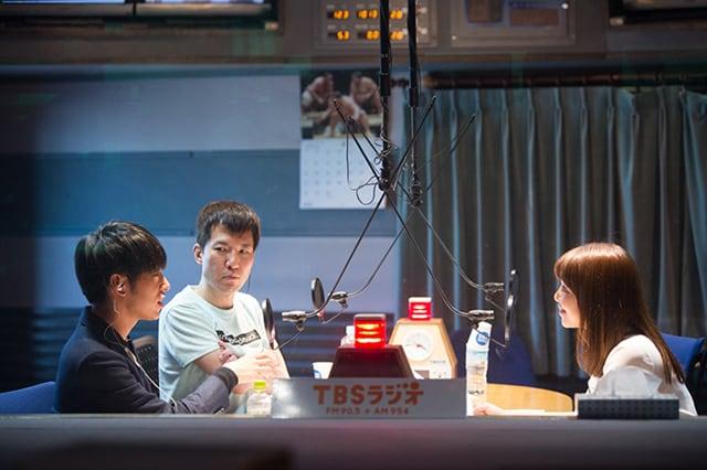 「ACTION」4月3日放送時のDJ 松永(左)と幸坂理加アナウンサー(右)。