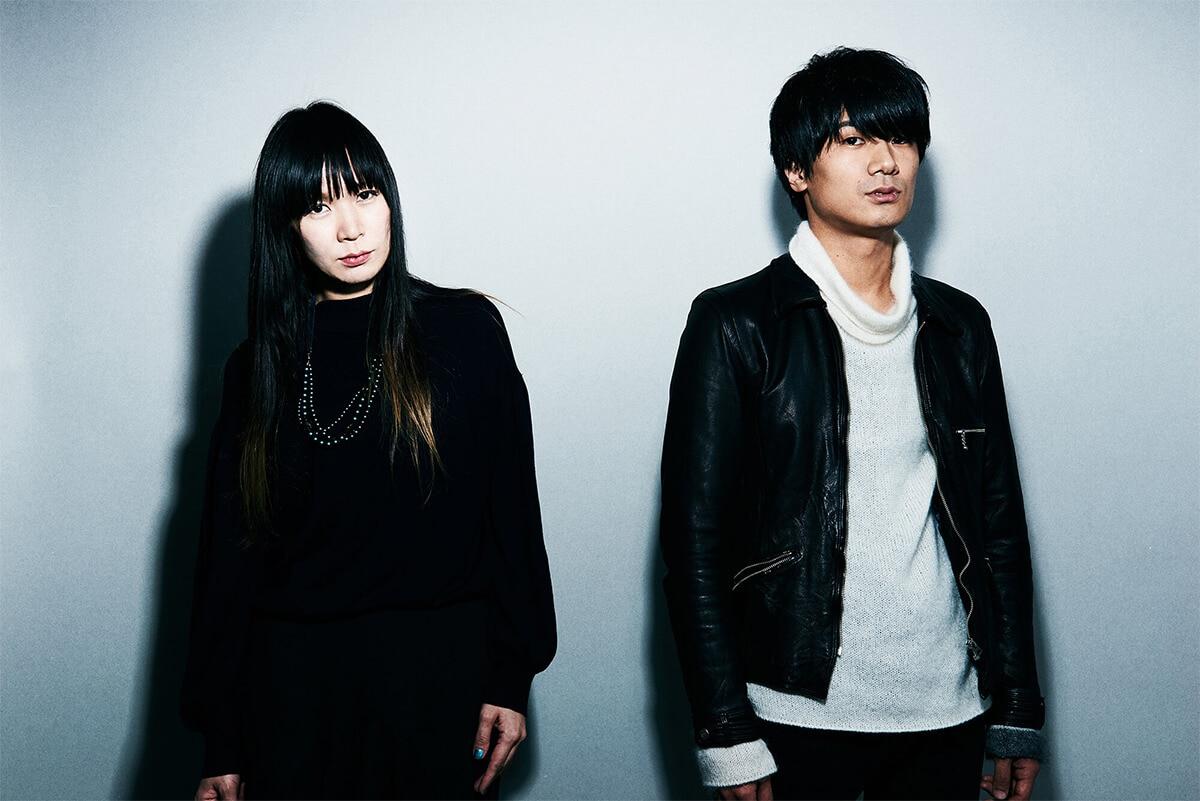 左からHISAYO(B)、佐々木亮介(Vo, G)。