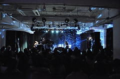 写真は11月30日の福岡ライブの模様。
