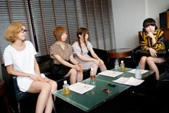 左から佐藤千明(Vo, Key)、歌川菜穂(Dr, Cho)、藤本ひかり(B)、津野米咲(G, Piano, Cho)。