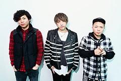 左からGORI(B)、KENJI03(Vo, MC, G)、TEEDA(MC)。